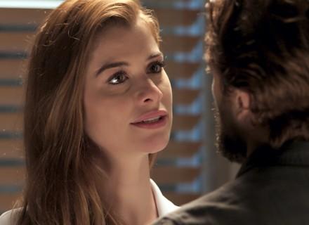 Felipe garante a Lívia que vai se separar de Melissa