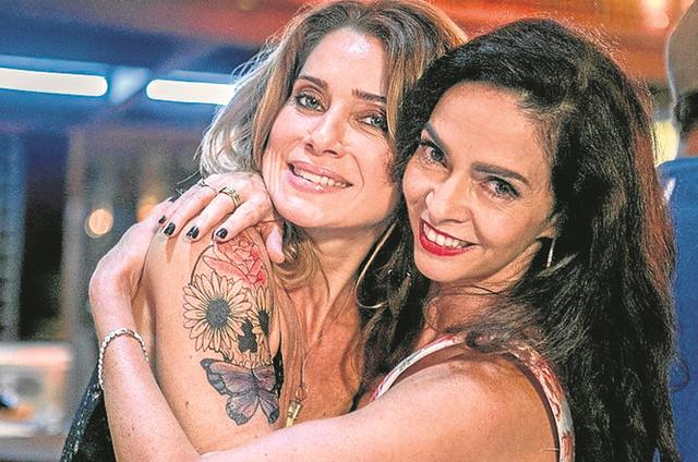 Rivais em 'Sol nascente', Leticia Spiller e Claudia Ohana se divertem nos bastidores da novela das 18h (Foto: Sol nascente)