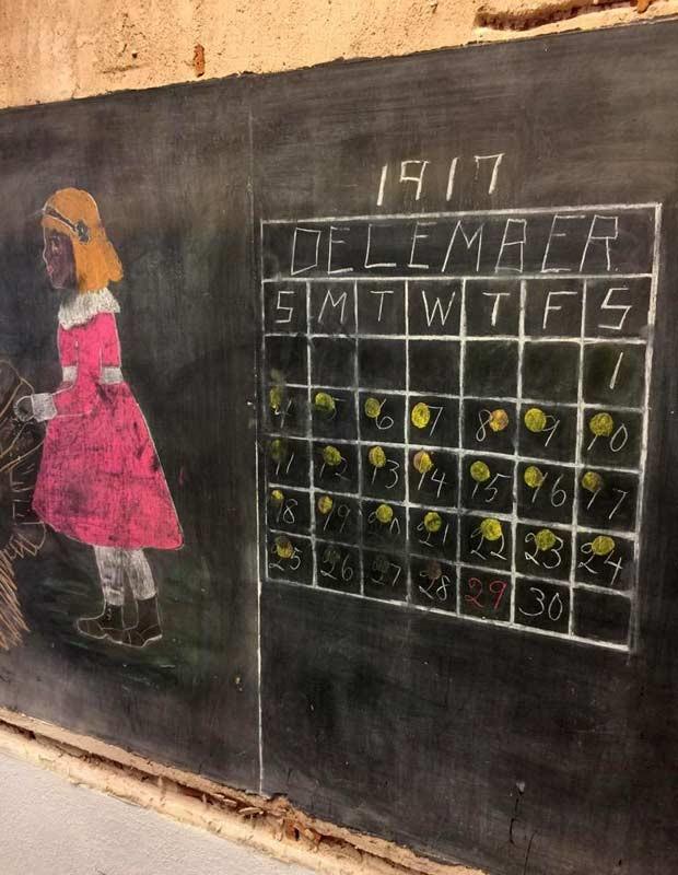 Contagem regressiva para o Natal de 1917 preservada em quadro-negro de escola em Oklahoma (Foto: Divulgação/Reprodução/Twitter)