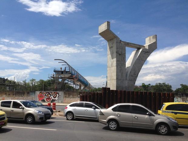 Operários trabalham na passarela que liga a Quinta da Boa Vista ao Maracanã (Foto: Káthia Mello/G1)
