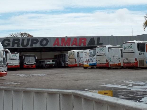 Ônibus estacionados na sede do Grupo Amaral, no Setor de Oficinas Sul, na manhã desta segunda-feira (25) (Foto: Luciana Amaral/G1)