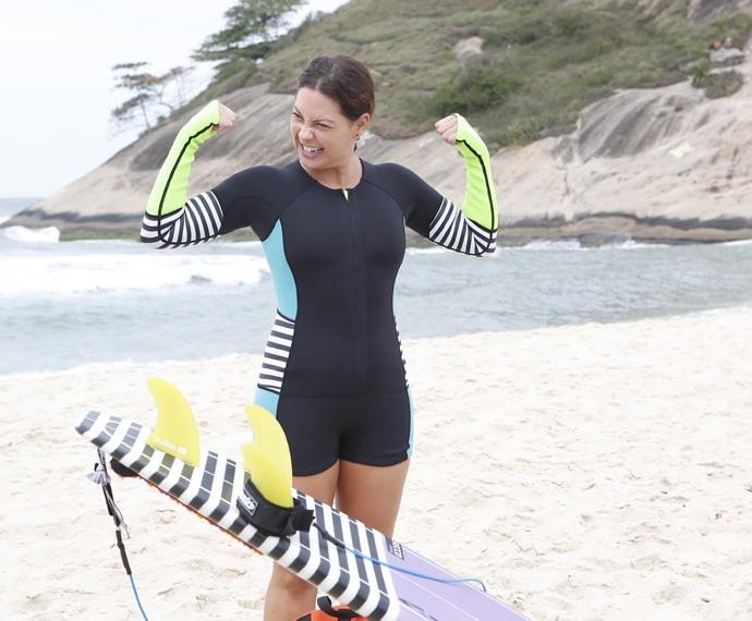 Fabiula Nascimento faz pose antes de entrar no mar (Foto: Artur Meninea/Gshow)