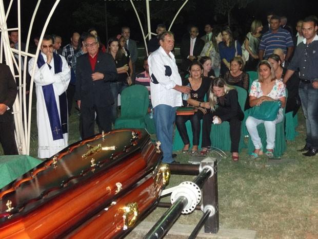 Promotor foi enterrado no Cemitério Morada da Paz, em Paulista (Foto: Priscila Miranda / G1)