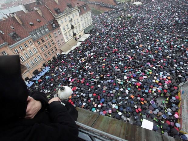 Iniciativa popular admitida no Congresso da Polônia que prevê a proibição total ao aborto provocou protesto de milhares de pessoas nesta segunda-feira (3) (Foto: Agencja Gazeta/Slawomir Kaminski/via REUTERS )