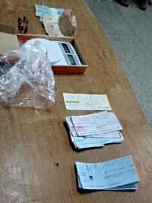 Cheques, dinheiro, balança de precisão e outros objetos apreendidos com grupo suspeito de roubos (Foto: Isabella Formiga/G1)