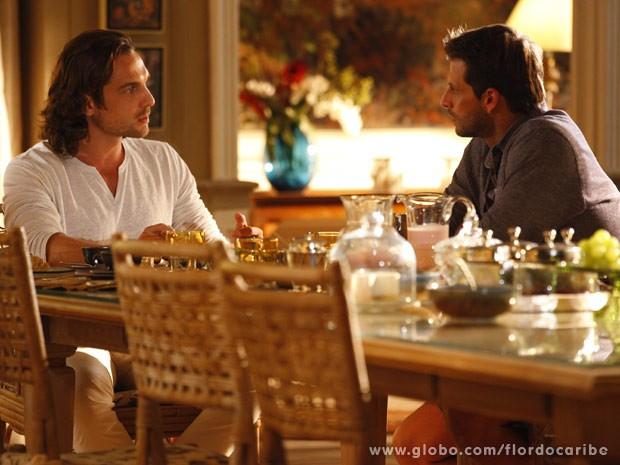 Alberto não gosta nem um pouco do que Cassiano revela (Foto: Flor do Caribe/ TV Globo)