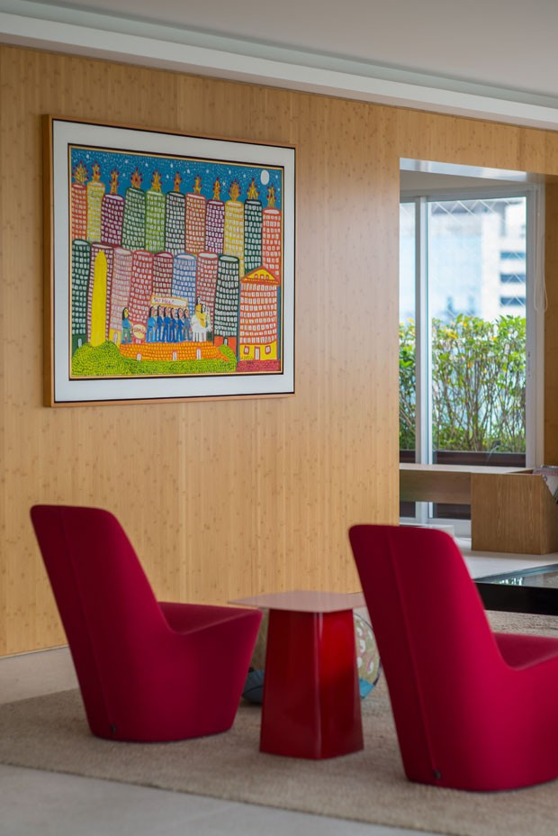Amplitude e móveis coloridos pautam o projeto de cobertura de 560 m² (Foto: Edson Ferreira)