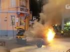 Carro de auto escola pega fogo em rua de Botafogo, no Rio de Janeiro