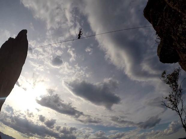 Cadu realiza a travessia entre as pedras em pouco menos de dez minutos, suspenso a uma altura de 200 metros (Foto: Thiago Fadini/G1)