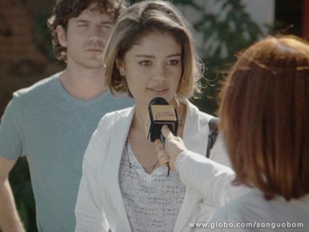 Amora até faz a boa samaritana, mas com Sueli a tiracolo (Foto: Sangue Bom/TV Globo)