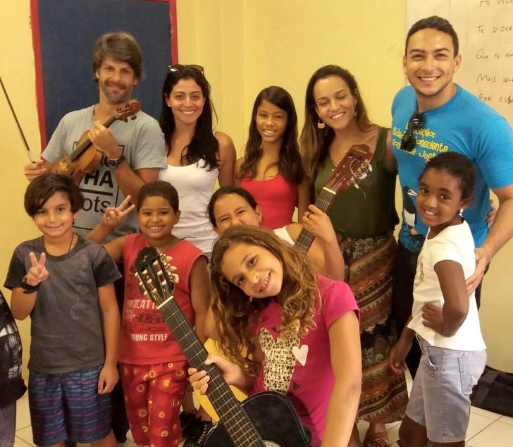 Carol Castro e Felipe Prazeres na aula de música em Noronha