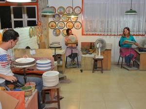 Fábrica possui 10 pintores para confecção dos pratos (Foto: Fátima Carvalho / Cerâmica Van Erven)