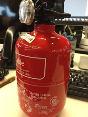 No extintor abc informações são pintadas (Foto: G1)
