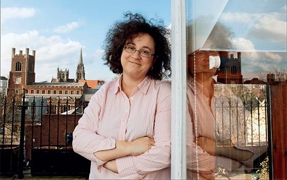 Sophie Hannah em sua casa, em Cambridge, na Inglaterra (Foto: David Sandison/Eyevine)