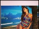 Ex-BBB Kamilla posa de maiô em ponto turístico carioca