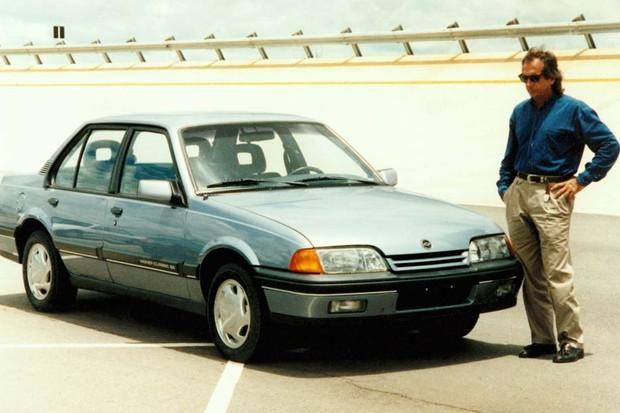 Chevrolet Monza reestilizado sendo analisado por Emerson Fittipaldi (Foto: Divulgação)