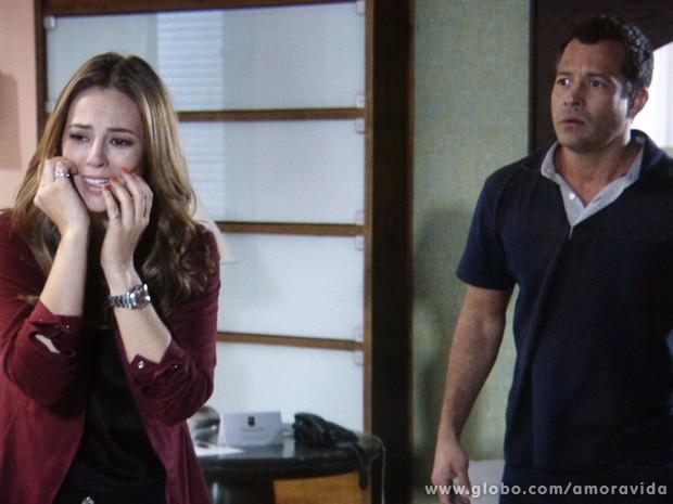 No Brasil, Paloma se desespera do outro lado da linha (Foto: Amor à Vida / TV Globo)