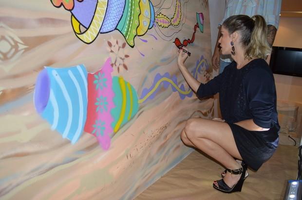 Deborah Secco faz grafite em loja no Recife (Foto: Felipe Souto Maior / AgNews)