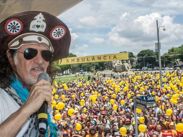 Alceu Valença comanda o desfile do bloco 'Bicho Maluco Beleza' na região do Parque Ibirapuera, em São Paulo (Foto: Marco Ambrosio/Estadão Conteúdo)