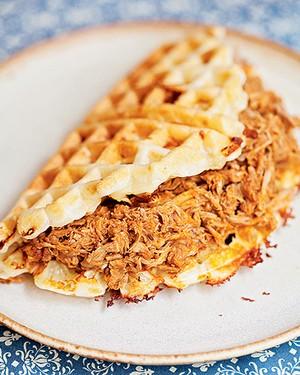 Sanduíche de porco no waffle de queijo (Foto: Elisa Correa/Editora Globo)