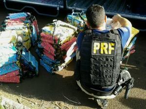Droga estava sendo transportada no bagageiro de um ônibus abordado na BR-277, próximo à fronteira com o Paraguai (Foto: PRF / Divulgação)