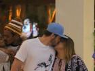 Preta Gil troca beijos com o marido, Rodrigo Godoy, em shopping no Rio