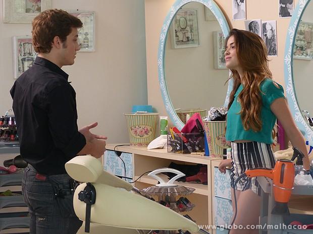 Flaviana convence Serguei a participar do Tapinha de Sofia (Foto: Malhação / TV Globo)