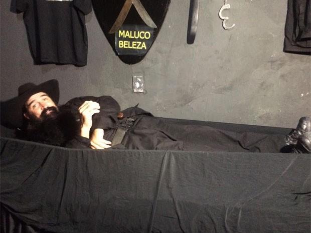 Policial Beleza tem 2 caixões no quarto; ele garante que dormir ali faz bem para coluna (Foto: Lívia Torres / G1)