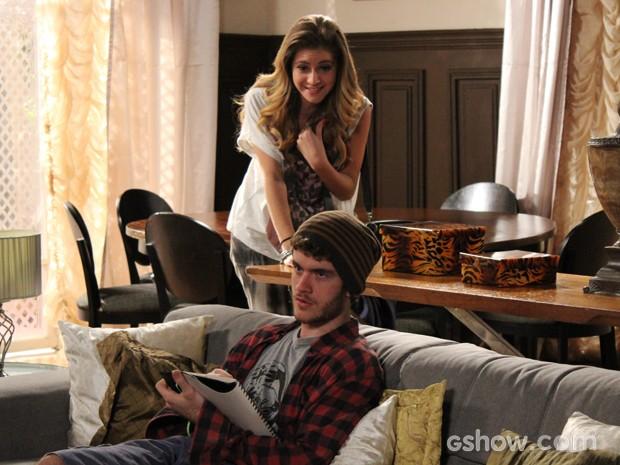Sofia conta a novidade para Sidney, que não parece tão surpreso (Foto: Malhação / TV Globo)