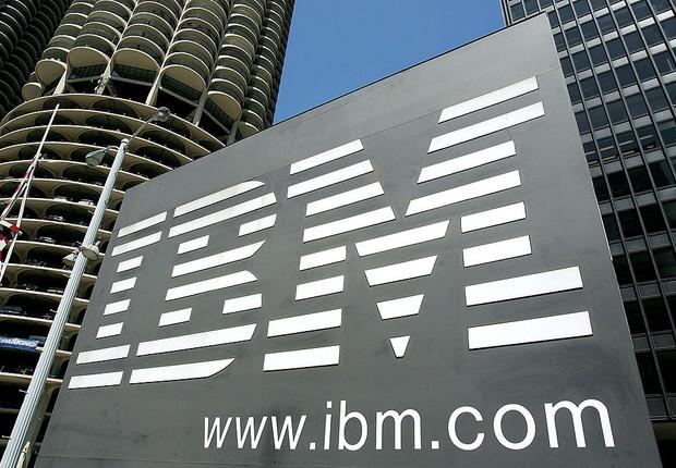 Logo da IBM visto em prédio da empresa, em Chicago (Foto: Tim Boyle / Getty Images)