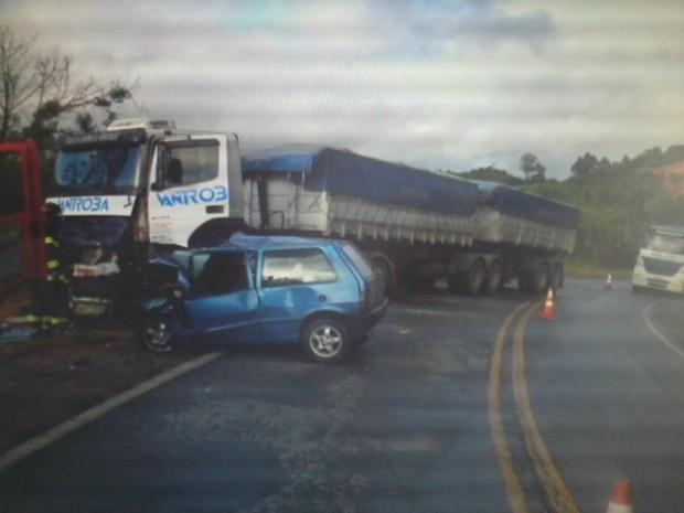 Carro bateu de frente com caminhão na altura do quilômetro 242 da rodovia Sebastião Ferraz Camargo Penteado (SP-250). (Foto: Divulgação / Polícia Rodoviária)