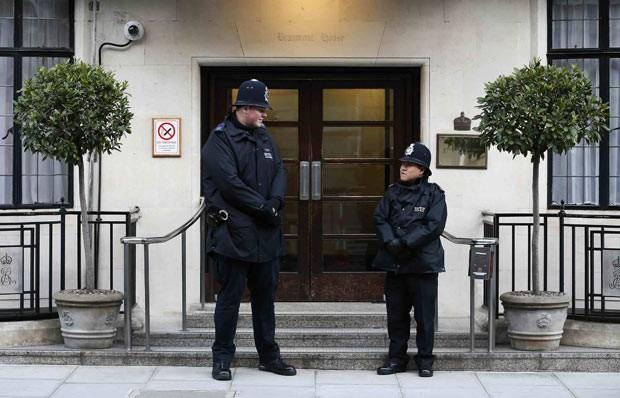 Policiais em frente a entrada do Hospital Edward VII, em que a Rainha Elizabeth II estava hospitalizada neste domingo (3) (Foto: AFP)