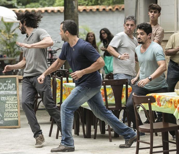 Apolo briga com os rapazes que cantaram sua noiva (Foto: Raphael Dias/Gshow)