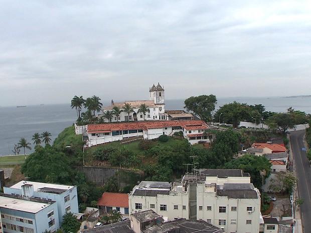 Vista para a Igreja de Santo Antônio na Ladeira da Barra (Foto: Reprodução/TV Bahia)