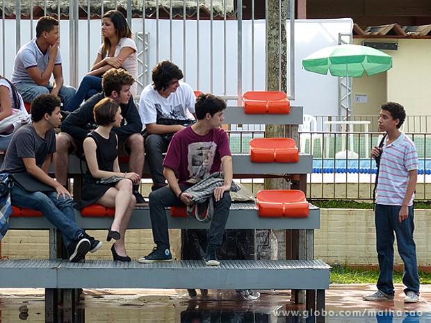 Micaela discute com Paulino na frente dos novos amigos (Foto: Malhação / TV Globo)