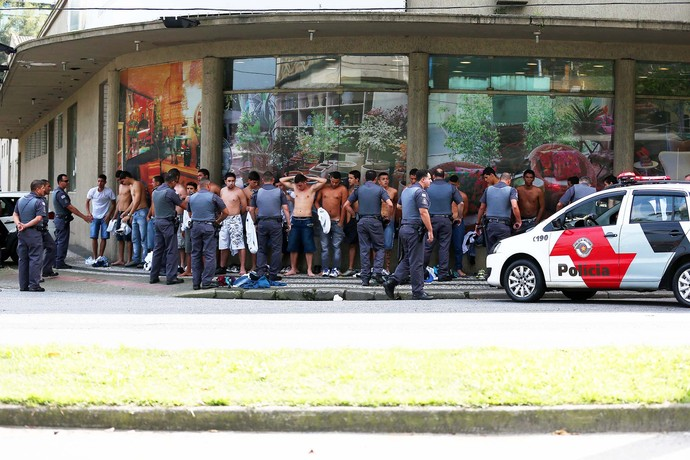 Santistas são detidos por policiais e não assistem ao clássico (Foto: Marcos Ribolli)
