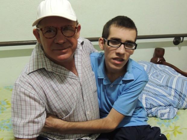 Dimas e o filho orgulhosos dos resultados da máquina (Foto: Carolina Paes/ G1)