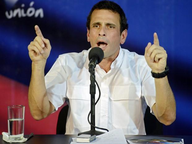 Henrique Capriles fala em coletiva de imprensa e acusa governo de 'roubar' eleições. (Foto: Leo Ramirez/AFP Photo)