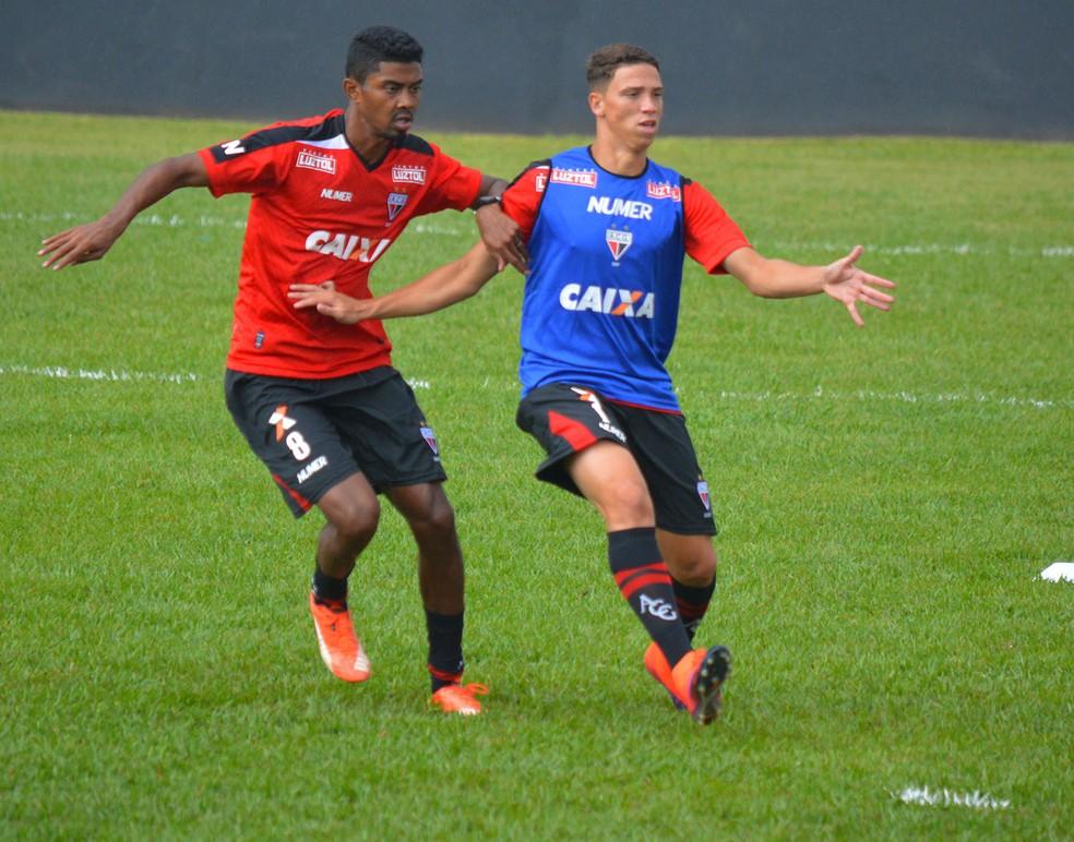 João Pedro (dir), de colete, atacante do Atlético-GO, está a caminho do São Paulo (Foto: Divulgação / Atlético-GO)