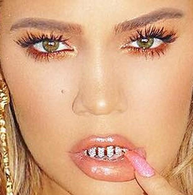 Khloé Kardashian mostra grillz nos dentes (Foto: Reprodução/Instagram)