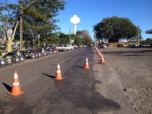 Avenida Joaquim Constantino foi interditada para os trabalhos da Polícia Civil  (Foto: Carolina Mescoloti/G1)
