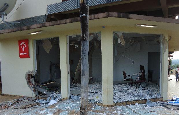 Posto bancário ficou destruído com a explosão do caixa eletrônico, em Heitoraí, Goiás (Foto: Ronaldo Goiano/ Vc no G1)
