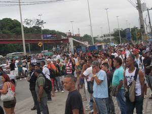 Ponto de ônibus em frente a garagem da Viação Real, em Manguinhos, ficou lotado por conta da greve (Foto: Renata Soares/G1)
