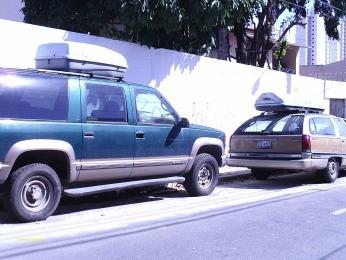 Carros com placas dos EUA estão na Rua Major Facundo (Foto: VC no G1)