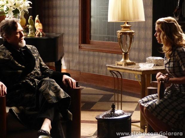 Iolanda vai à mansão e implora para Ernest tirar mundo da prisão (Foto: Joia Rara/ TV Globo)