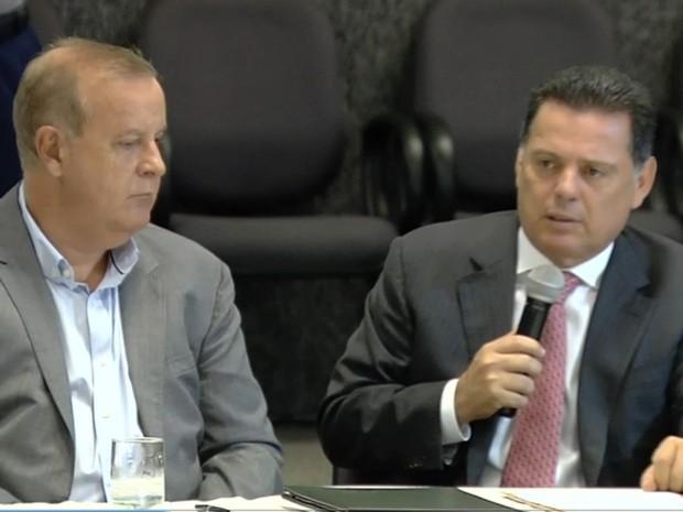 Prefeito Paulo Garcia (PT) e governador Marconi Perillo (PSDB) assinaram documento (Foto: Reprodução/TV Anhanguera)