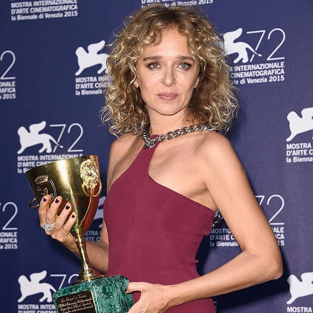 A italiana Valeria Golino, vencedora da Coppa Volpi de melhor atriz (Foto: Getty Images)