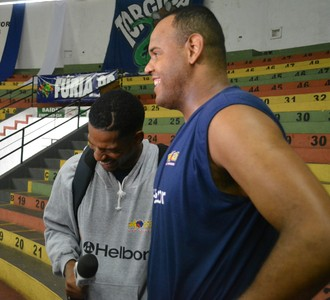 Shamell e Paulão simulam entrevista em Bauru (Foto: Bruno Rocha)