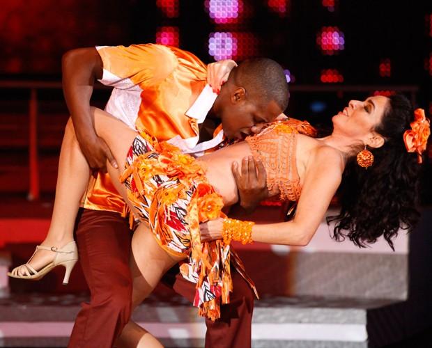 Sexy, hein? Patrick Carvalho faz pose sensual na barriga sarada de Claudia Ohana (Foto: Domingão do Faustão / TV Globo)