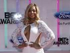 Ashanti, Paris Hilton e mais investem em looks decotados para ir a prêmio